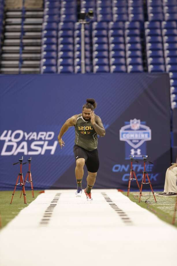 Former Florida offensive lineman Jon Halapio runs the 40-yard dash at the NFL combine. Photo: Nam Y. Huh, Associated Press