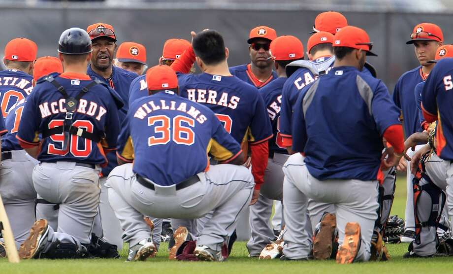 Astros manager Bo Porter huddles with the team after spring training drills. Photo: Karen Warren, Houston Chronicle