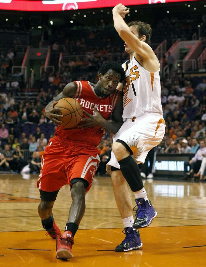Rockets point guard Patrick Beverley (2) drives on Suns shooting guard Goran Dragic. Photo: Rick Scuteri, Associated Press