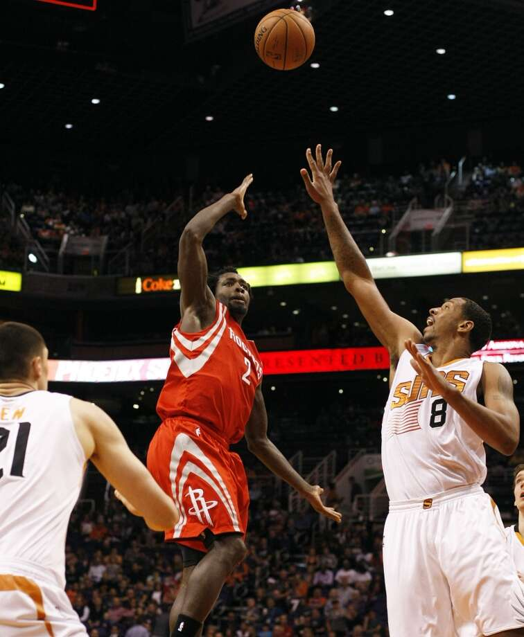 Rockets point guard Patrick Beverley (2) shoots over Suns power forward Channing Frye. Photo: Rick Scuteri, Associated Press