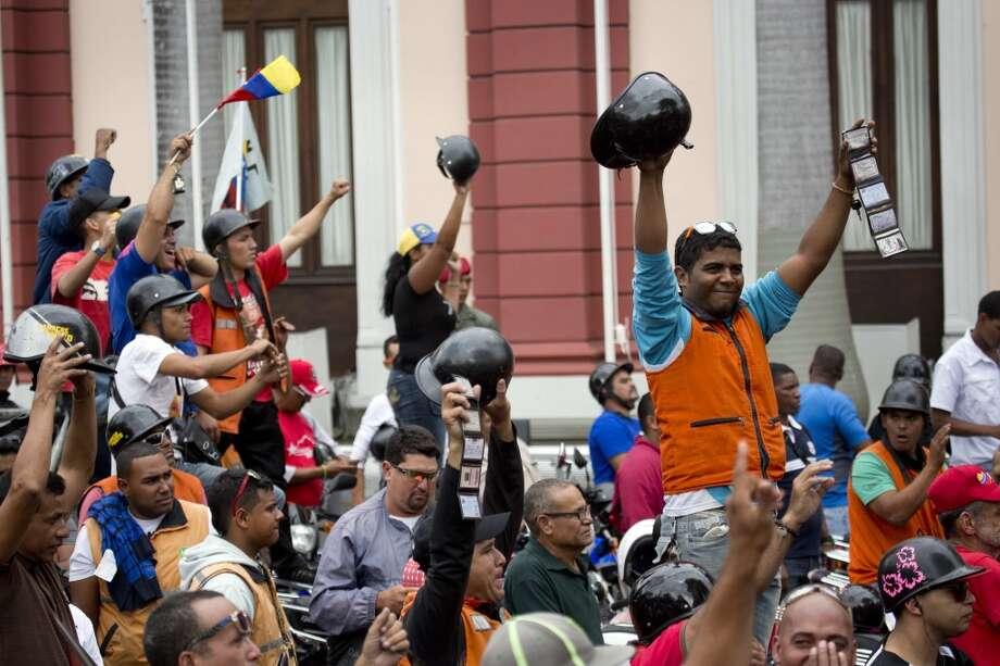 La capital venezolana amaneció el lunes en medio de nuevas tensiones luego de que decenas de manifestantes bloquearon algunas de las principales avenidas en protesta contra el gobierno, en medio de la crisis política que lleva tres semanas y ha dejado 14 muertos y más de un centenar de heridos. Photo: Rodrigo Abd, Associated Press