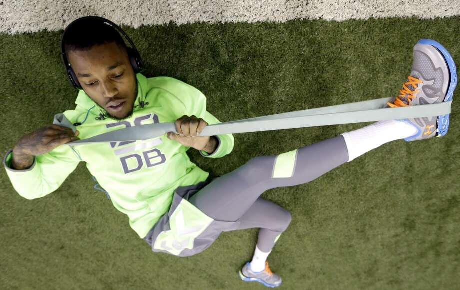 Western Kentucky defensive back Jonathan Dowling stretches on the field. Photo: Nam Y. Huh, Associated Press