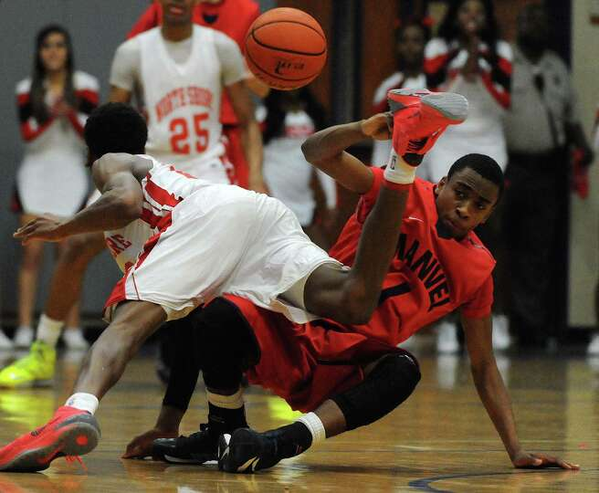 Manvel's Uyran Hudson, right, and North Shore's Kerwin Roach fight for a loose ball during the first