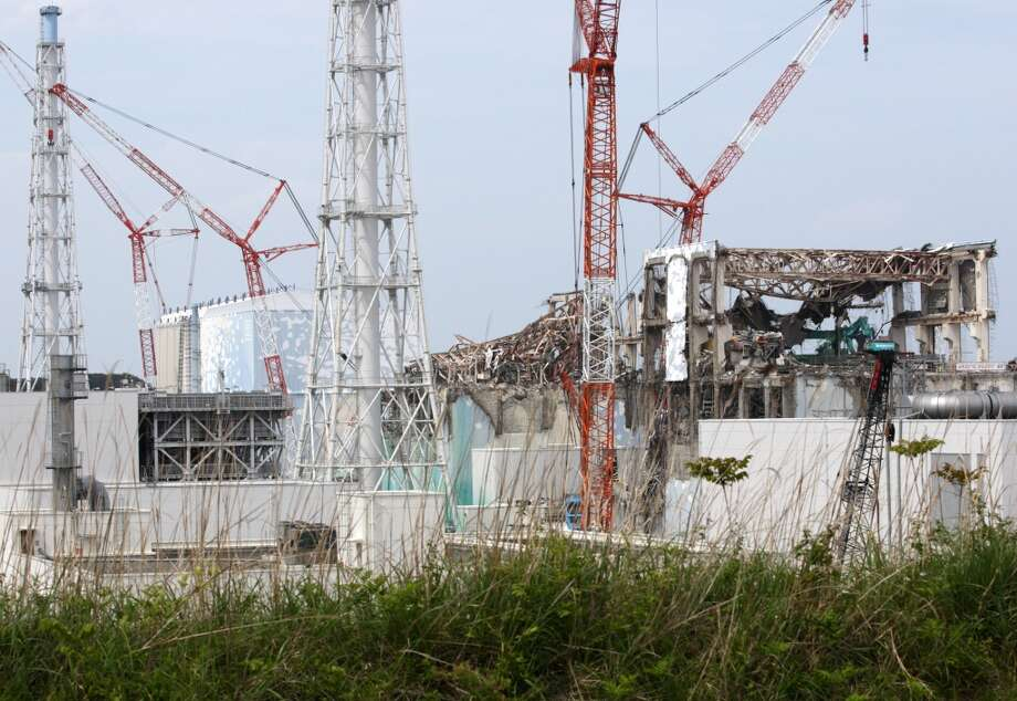 (L-R) The No. 1, the No. 2, the No. 3 and the No. 4 reactor buildings stand at Tokyo Electric Power Co.'s (Tepco) Fukushima Dai-Ichi nuclear power plant in Okuma Town, Fukushima Prefecture on  May 26, 2012.  (TOMOHIRO OHSUMI/AFP/Getty Images) Photo: AFP, AFP/Getty Images