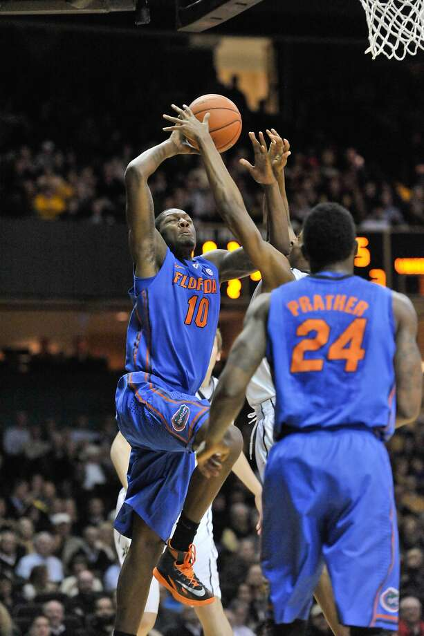 Dorian Finney-Smith (left) had 19 points for Florida, the nation's newly minted No. 1 team that won its 20th straight game Tuesday at Vanderbilt. Photo: Jim Brown, Reuters