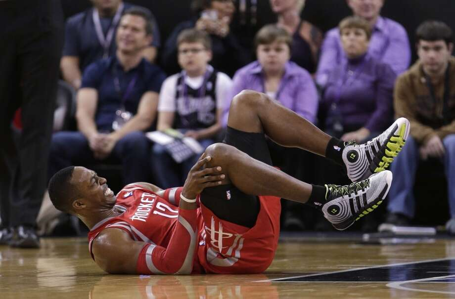 Rockets center Dwight Howard grimaces after hurting his knee against the Kings. Photo: Rich Pedroncelli, Associated Press