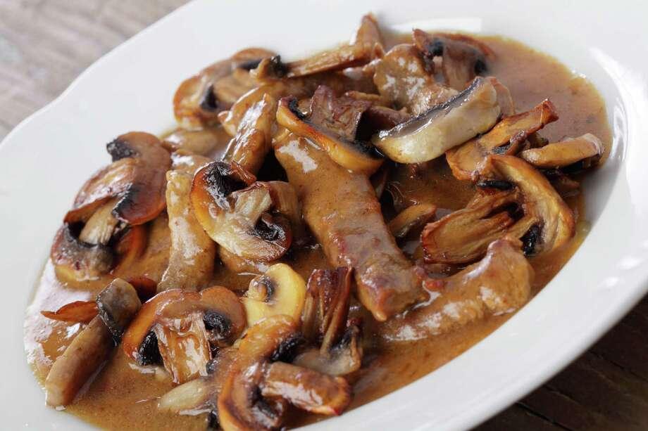 Beefstroganoff under mushroom sauce / Lilyana Vynogradova - Fotolia