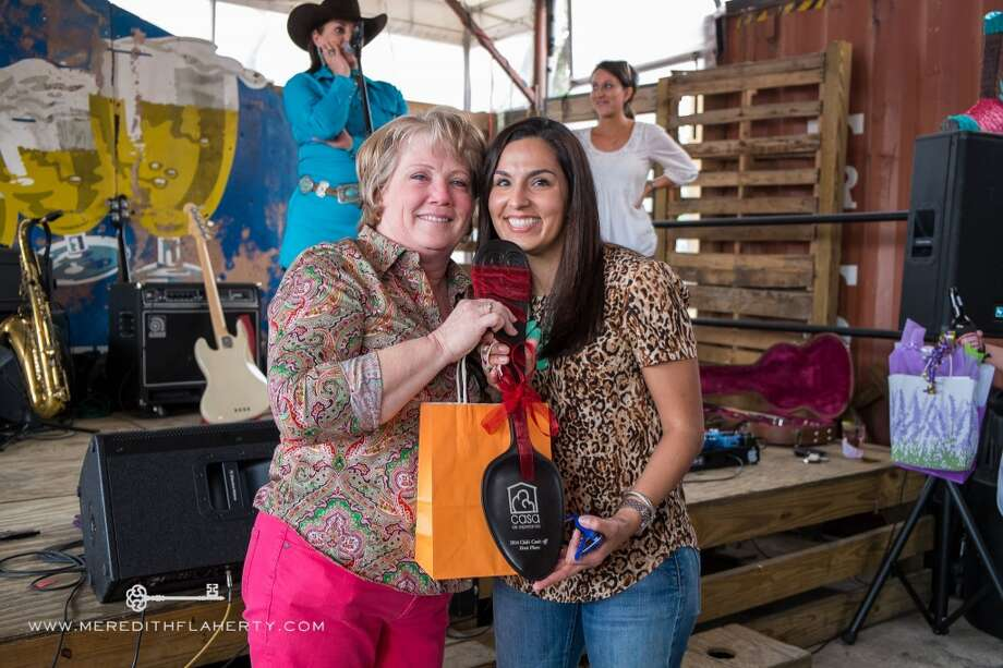 Regina Lewis and Julie Longoria Chen at Casa Esperanza's Young Professionals 4th Annual Chili Cook-Off on Feb. 22 at Cottonwood. (Photo: Meredith Flaherty Photography)