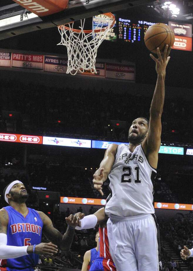 Tim Duncan, who had 13 points and nine rebounds, shoots with his off hand in front of Detroit's Josh Smith (6), who led all scorers with 24 points, in the Spurs' win Wednesday night. Photo: Billy Calzada, San Antonio Express-News / San Antonio Express-News