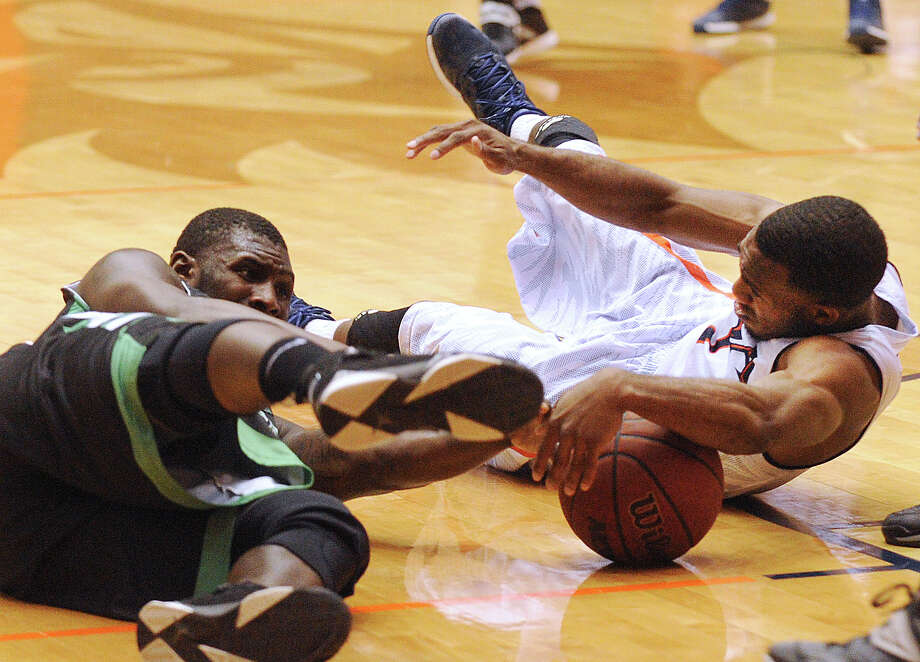 Devon Agusi, right, of UTSA, and Vertrall Vaughns of North Texas battle for a loose ball during college basketball action at the UTSA Convocation Center on Thursday, Feb. 27, 2014. Photo: Billy Calzada, San Antonio Express-News / San Antonio Express-News