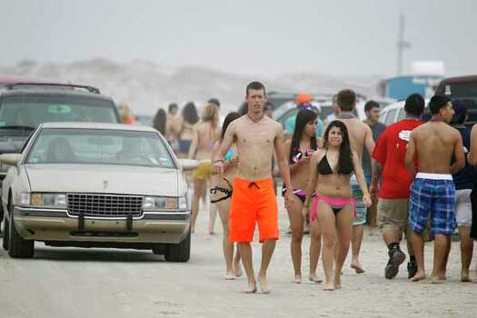 Cars and crowds start to fill up the beach as the morning fog starts to break up March 12, 2012, on Padre Island in Corpus Christi. Photo: Michael Zamora, Associated Press / Corpus Christi Caller-Times