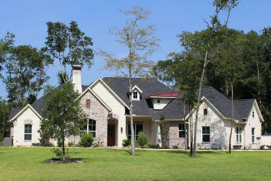 The Waterway in The Commons of Lake Houston has joined Signorelli Homes to offer custom homes on acreage sites. The homes are built with underground utilities and central water and sewer systems.