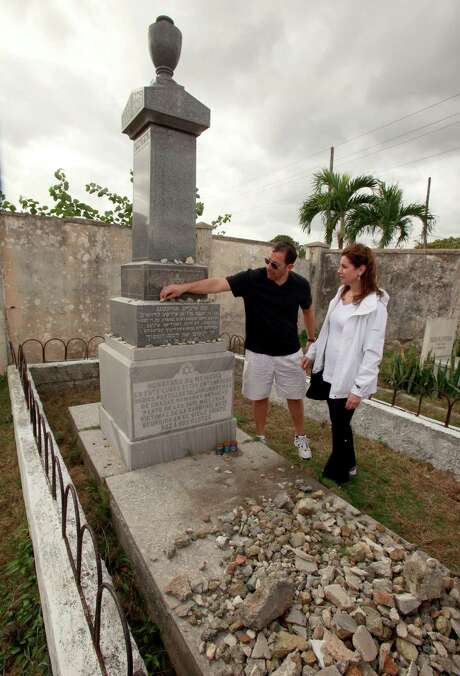 Andy Bursten and Vicki Rabin of the Jewish Federation of Greater Houston place stones on the Holocaust Memorial at Havana's Jewish cemetery. Photo: Rhona Konig / Rhona Konig