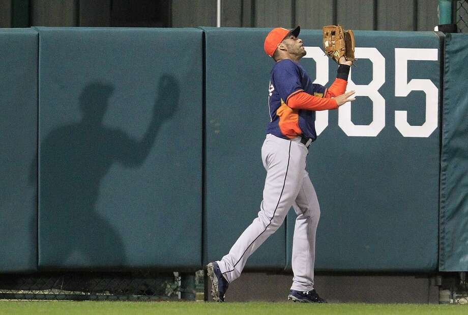 J.D. Martinez (20) makes a catch on a fly out by Atlanta's Phil Gosselin. Photo: Karen Warren, Houston Chronicle