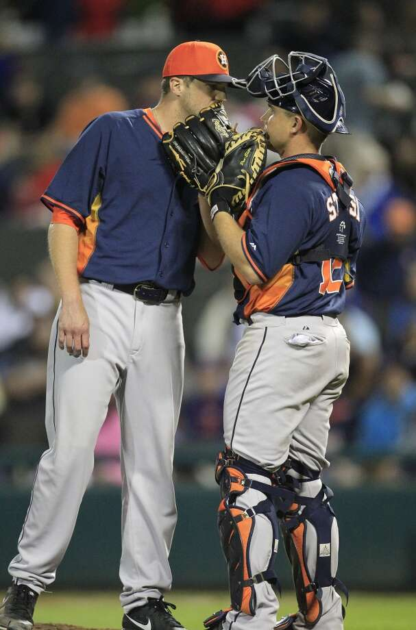 Astros RHP Paul Clemens chats with catcher Max Stassi in the sixth inning. Photo: Karen Warren, Houston Chronicle