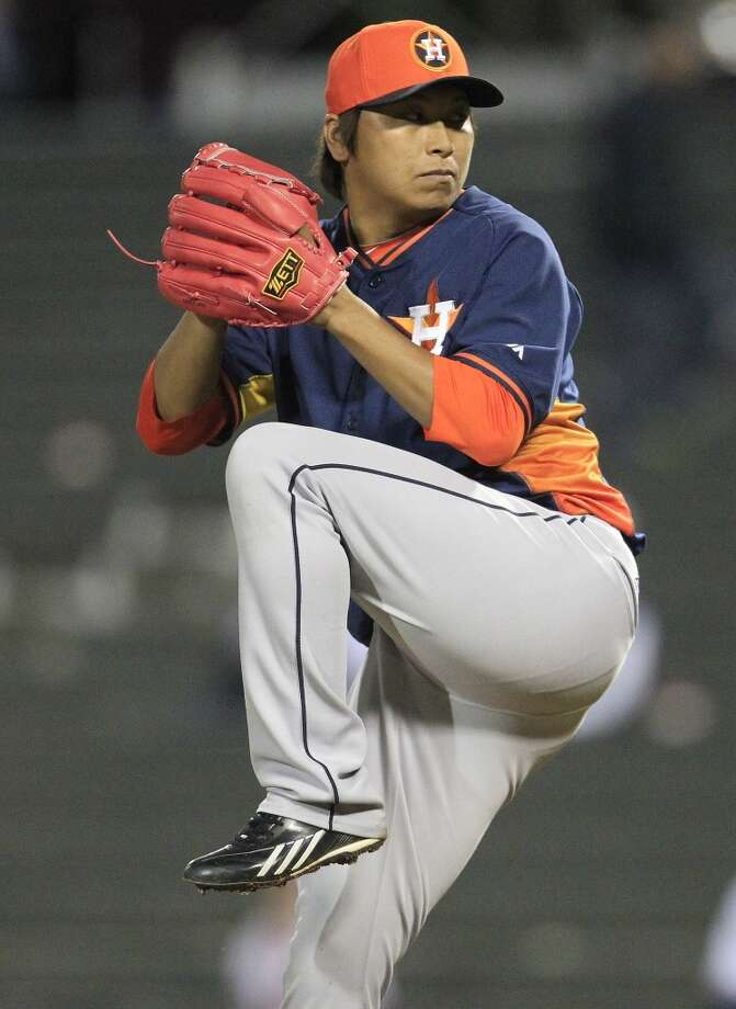 Astros RHP Chia-Jen Lo pitches in the ninth inning. Photo: Karen Warren, Houston Chronicle