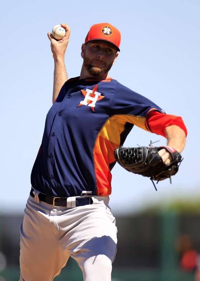 Astros RHP Scott Feldman warms up in the second inning. Photo: Karen Warren, Houston Chronicle