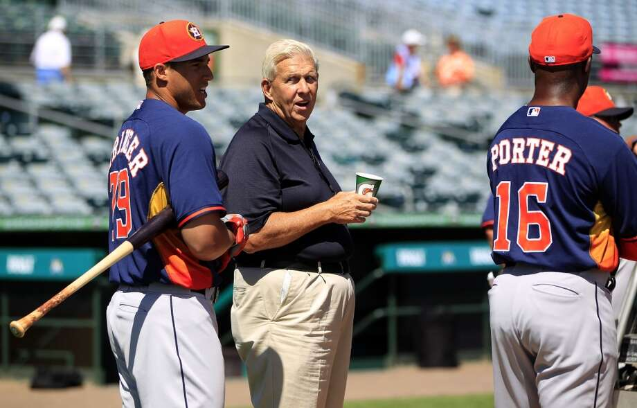 Bill Parcells chats with George Springer and manager Bo Porter during batting practice. Photo: Karen Warren, Houston Chronicle