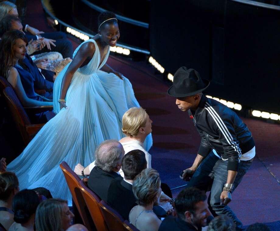 Lupita Nyong'o , izquierda, mira a Meryl Streep bailando con Pharrell Williams en los Oscar en el Teatro Dolby el domingo 2 de marzo de 2014 en Los Angeles.  (Foto John Shearer/Invision/AP) Photo: John Shearer, Associated Press