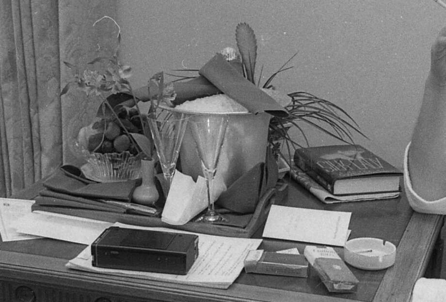 "What did Larry King have on his table in 1986? Two wine glasses; one pack each of Carlton cigarettes and Carlton 120 menthols; bowl of figs; one  vase with single chrysanthemum; one copy Gwen Davis' ""Silk Lady."" Photo: Deanne Fitzmaurice, The Chronicle"