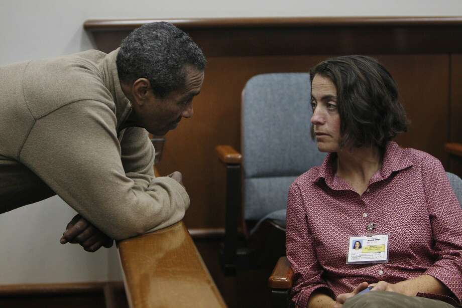 Chesterfield Jones (left) talks with court homeless-services official Robin Candler about Jones' treatment plan. Photo: Lea Suzuki, The Chronicle