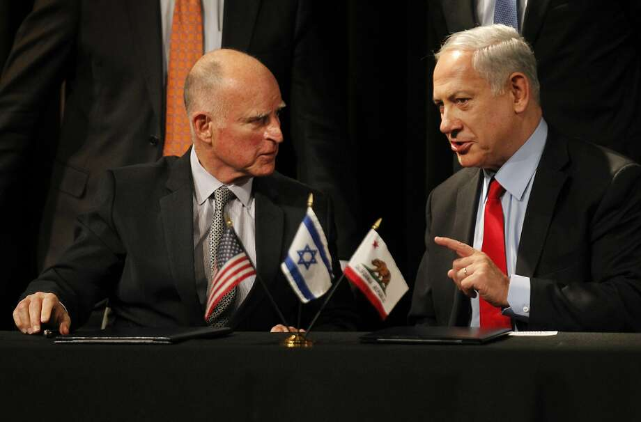 Gov. Jerry Brown (left) talks with Israeli Prime Minister Benjamin Netanyahu after signing the agreement that connects the Bay Area and Israel. Photo: Leah Millis, The Chronicle