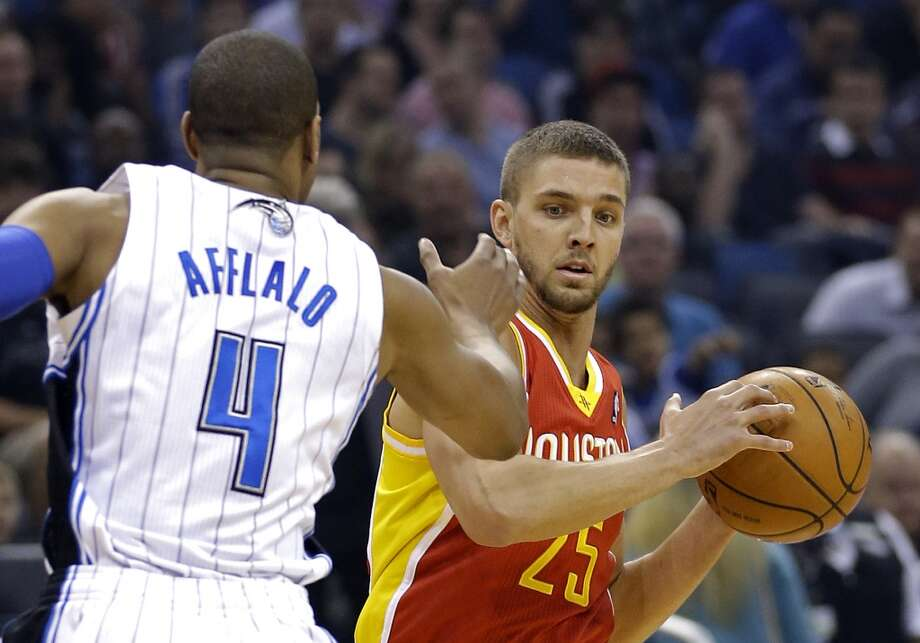 Chandler Parsons (25) looks to pass the ball around Arron Afflalo (4). Photo: John Raoux, Associated Press