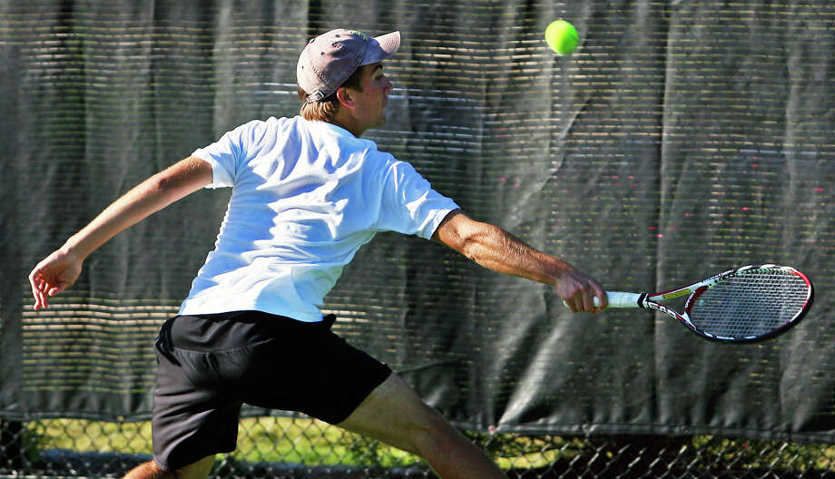 Matt Dooley reaches a shot to return a backhand in his singles match against Klein for New Braunfels at the State team tennis tournament at Lakeway Nov. 7, 2008.  Photo: TOM REEL, SAN ANTONIO EXPRESS-NEWS / treel@express-news.net
