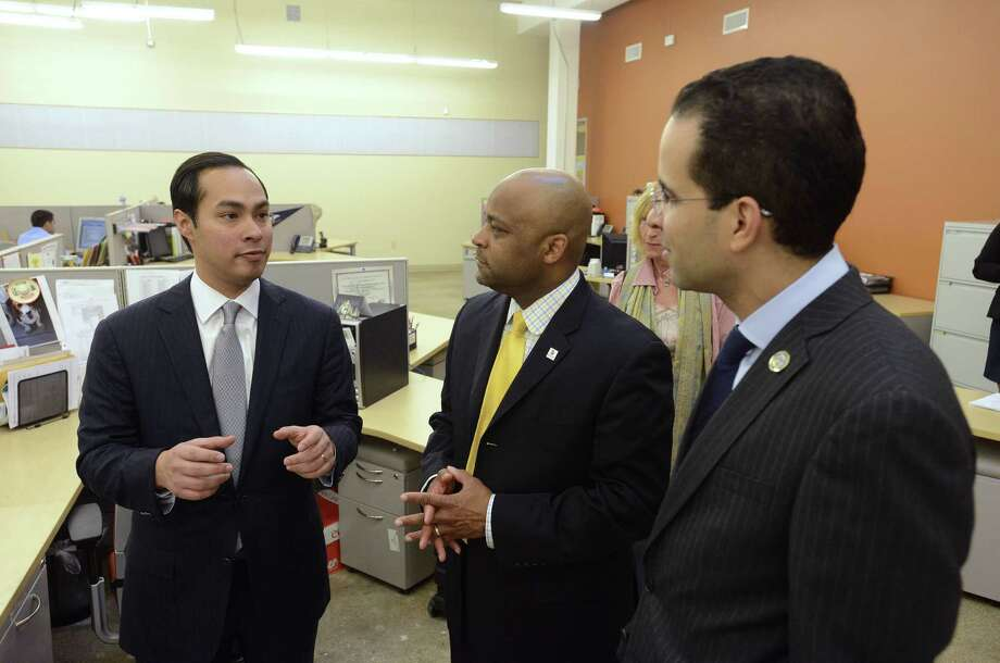 Mayor Julían Castro shows mayors Michael Hancock of Denver (center) and Angel Tavares of Providence the city's Café College during an educational tour of San Antonio. Photo: Billy Calzada / San Antonio Express-News / San Antonio Express-News