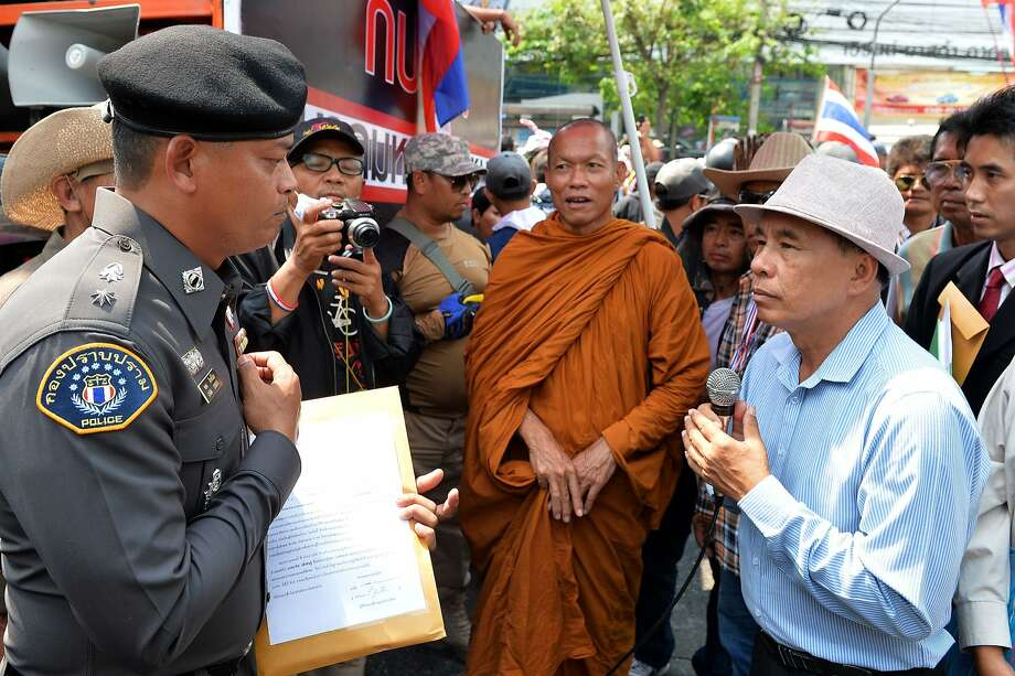 Phra Buddha Issara, center, clad in organe robes, leads protesters in a 2014 rally in Bangkok. Photo: Manjunath Kiran, AFP/Getty Images