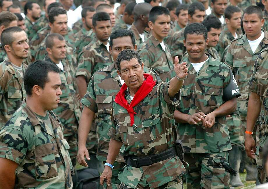 Paramilitary leader Ramon Isaza (center) speaks with his men during a 2006 disarmament ceremony. Photo: Luis Benavides, Associated Press
