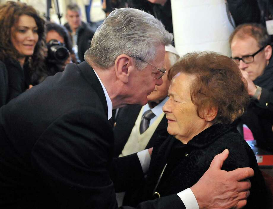 German President Joachim Gauck speaks with a member of the Jewish community during the visit of a synagogue in Ioannina, Greece. Photo: Sakis Mitrolidis / Getty Images / AFP