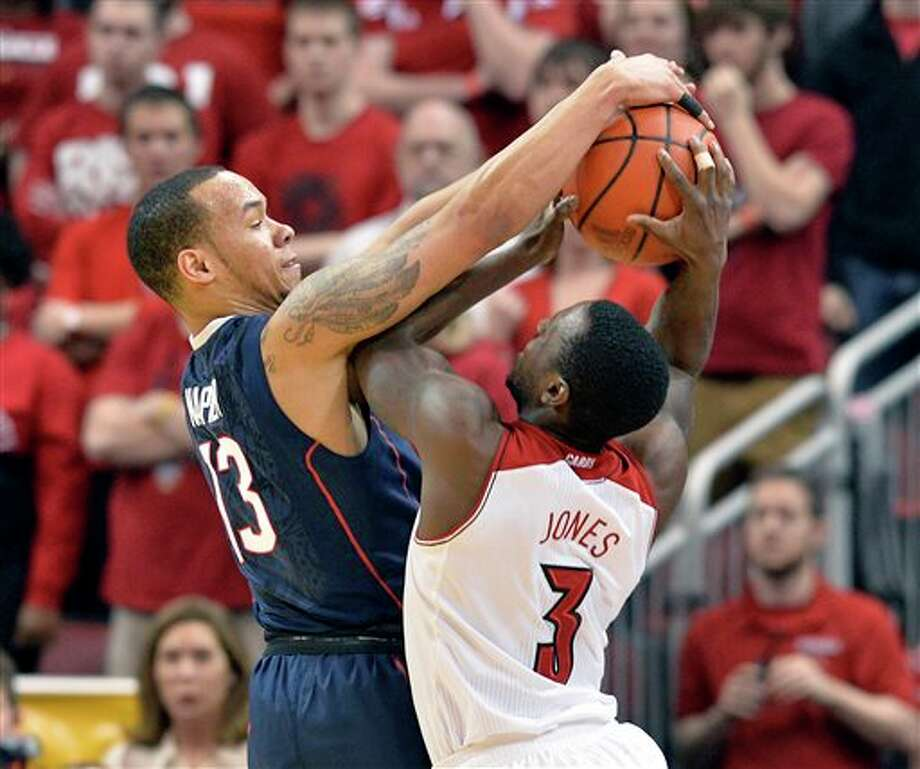 Connecticut's Shabazz Napier,  left, plays defense onLouisville's Russ Smith during  the first half of an NCAA college basketball game, Saturday, March 8,  2014, in Louisville, Ky. (AP Photo/Timothy D. Easley)