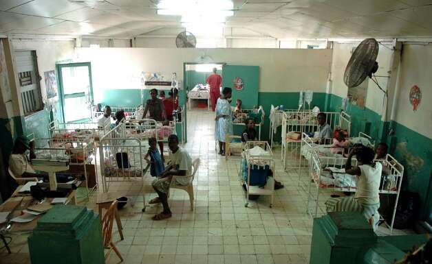 The crowded pediactric ward at Justinien Hospital in Cap-Haitien is a typical scene . Photo: Christian Abraham / Connecticut Post