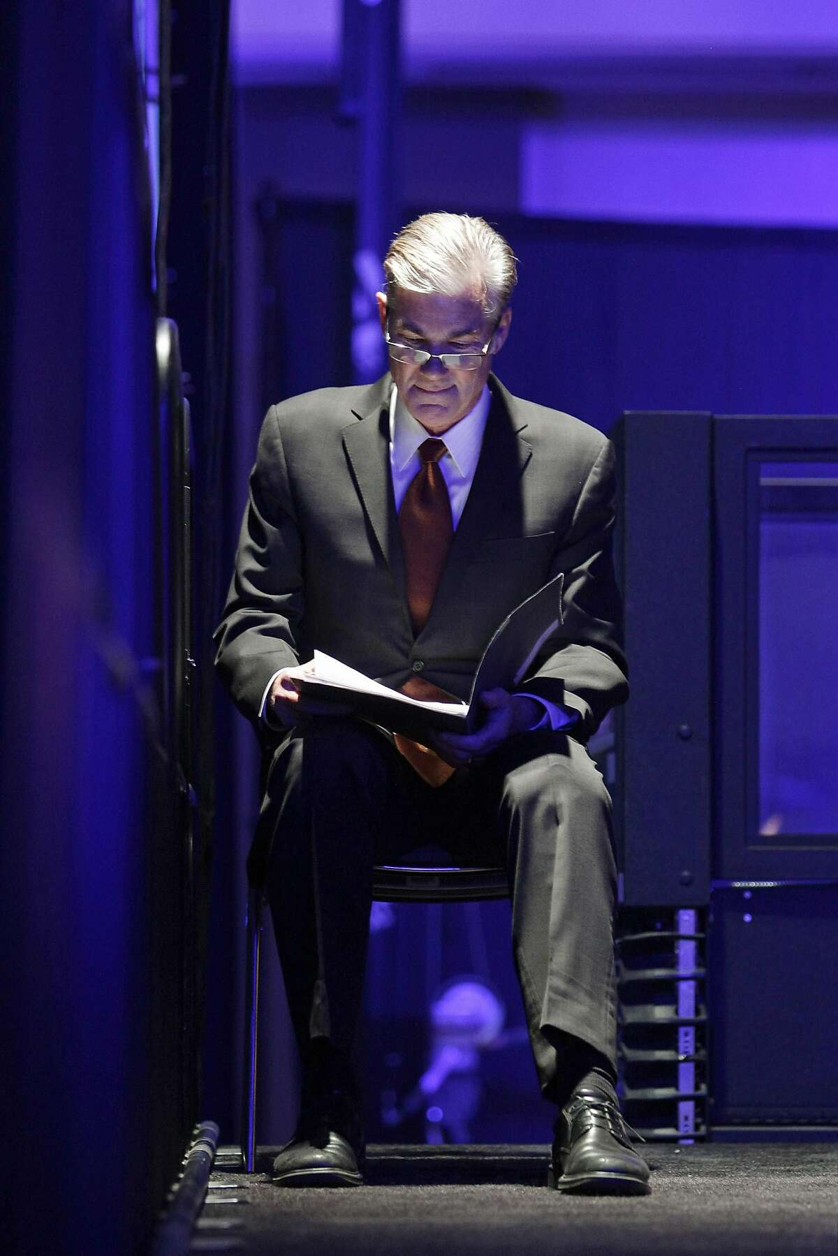Superintendent of Public Instruction Tom Torlakson prepares to go onstage to speak at the 2014 California Democrats State Convention at the Los Angeles Convention Center March 8, 2014. REUTERS/David McNew (UNITED STATES - Tags: POLITICS)