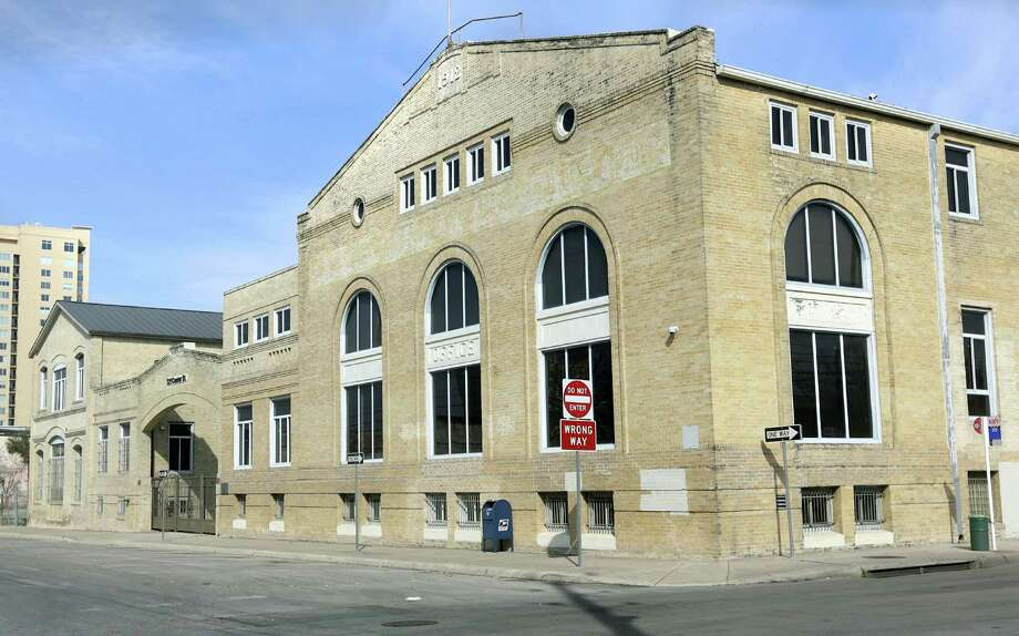 The Texas Facilities Commission is exploring ways to fund repairs of the GJ Sutton Complex at 321 Center St. Photo: Bob Owen / San Antonio Express-News / © 2012 San Antonio Express-News