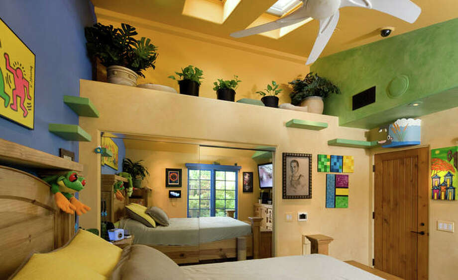 A bedroom features ledges leading to an upper level area. Photo: Lepere Studio, © Trillium Enterprises