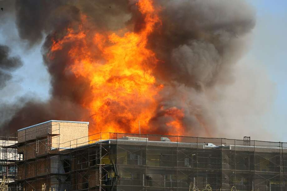 A fire rages in San Francisco, Calif. on March 11, 2014. Photo: Deborah Svoboda, The Chronicle