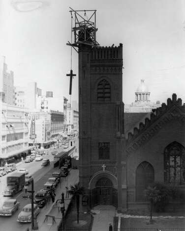 New cross going up at Christ Church Cathedral, November 1951. Looking north on Texas at Fannin. Photo: Houston Chronicle / Houston Chronicle