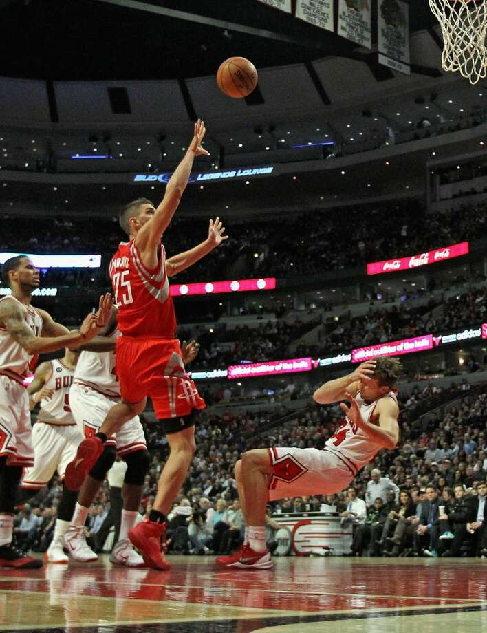 Mike Dunleavy grabs his face and hits the floor after being fouled by Chandler Parsons. Photo: Jonathan Daniel, Getty Images