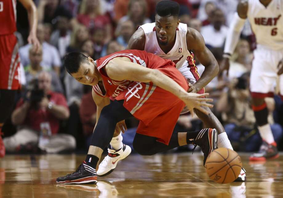 Jeremy Lin and Norris Cole battle for a loose ball. Photo: J Pat Carter, Associated Press