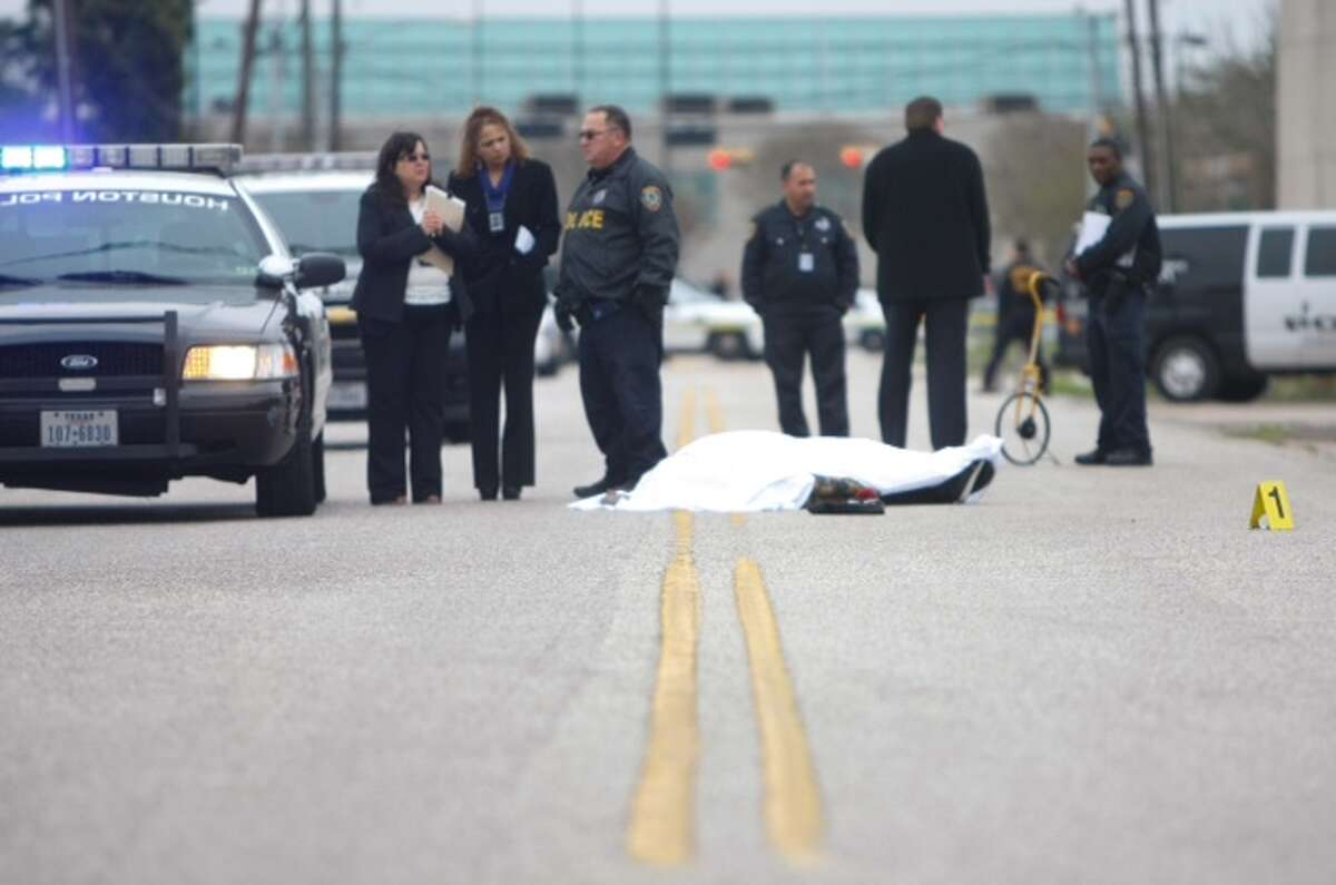 A Houston police officer fatally shot a robbery suspect outside a motel in southwest Houston, Monday, March 17, 2014. (Cody Duty / Houston Chronicle)