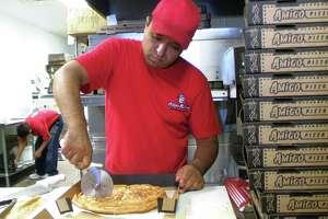Un joven trabaja en un local de la empresa Pizza Patrón hoy, lunes 3 de agosto 2009, en Chicago, Illinois. En medio de la recesión económica que vive el país, esta franquicia de pizzerías dirigida a los hispanos, con 91 sucursales en Texas, Arizona, Colorado, Nevada y California, ha experimentado un aumento del 4,15 por ciento en sus ingresos en comparación con el mismo periodo de 2008. EFE/José Luis Castillo Castro