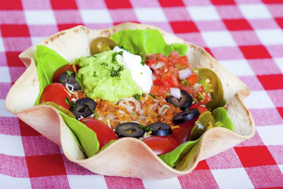 Taco salad in a baked tortilla on a tablecloth / Stuart Monk - Fotolia