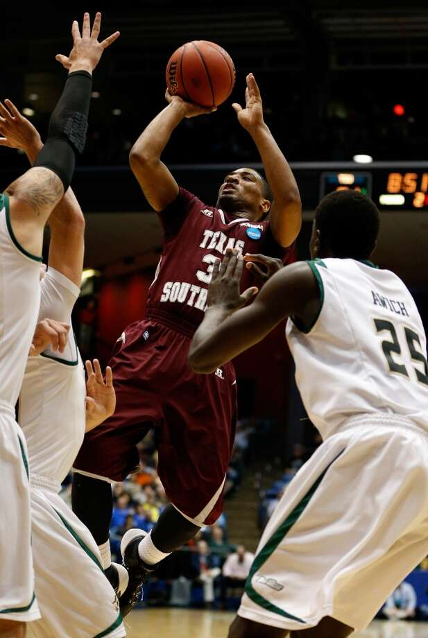 Madarious Gibbs #3 of Texas Southern takes a shot against Cal Poly. Photo: Gregory Shamus, Getty Images