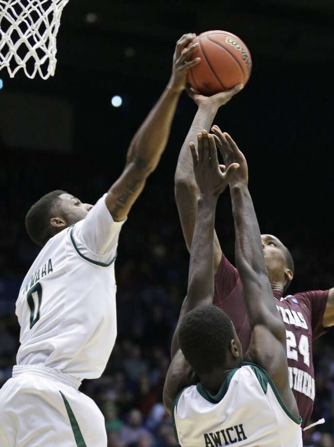 Cal Poly guard Dave Nwaba (0) blocks a shot by Texas Southern center Aaric Murray (24). Photo: Al Behrman, Associated Press