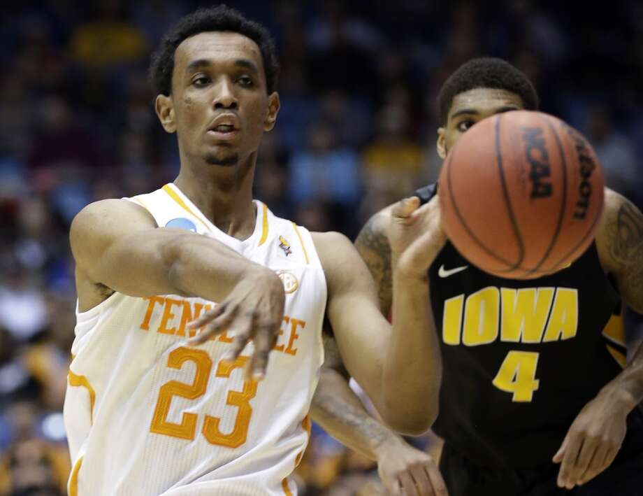 Tennessee guard Derek Reese (23) passes against Iowa. Photo: Al Behrman, Associated Press