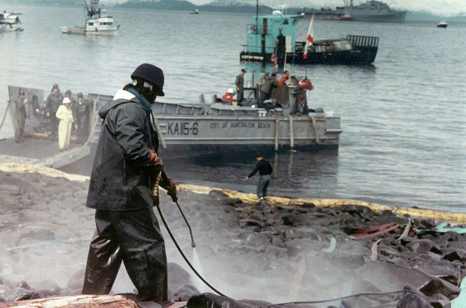 An oil spill worker sprays high pressure water on the rocks at Smith Island, Alaska, April 28, 1989, but the technique is recognized by workers to be basically worthless. Photo: Stapleton, ASSOCIATED PRESS / AP1989