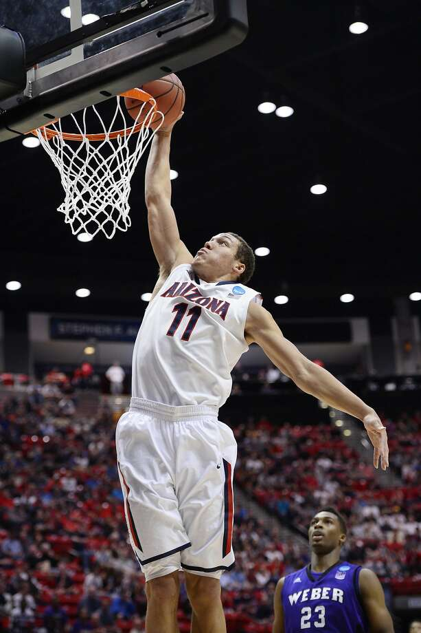 Aaron Gordon, who had 16 points and eight rebounds, dunks in the first half of Arizona's defeat of Weber State. Photo: Christopher Hanewinckel, Reuters