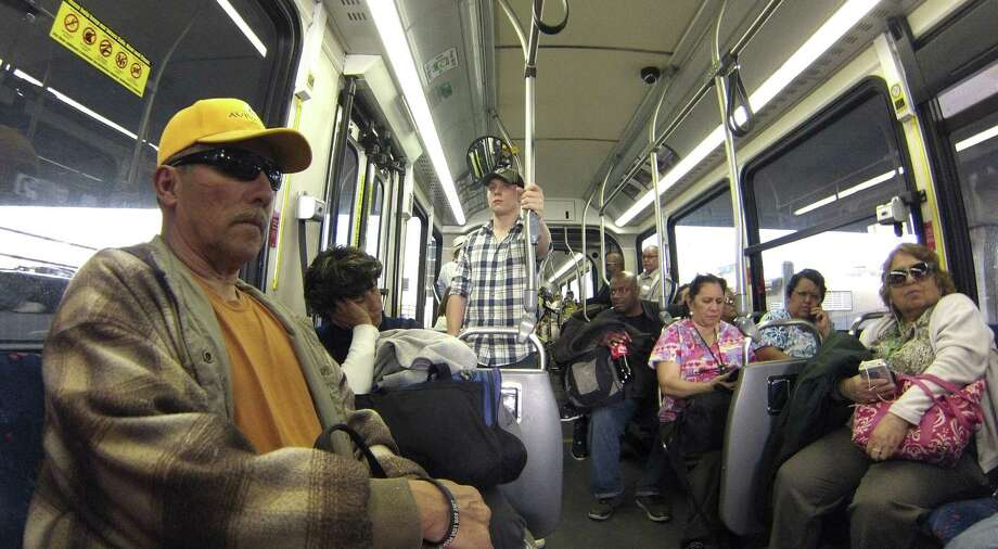 Prímo uses 60-foot-long buses designed to carry more people and provide a more rail-like experience for riders. Photo: Billy Calzada / San Antonio Express-News / San Antonio Express-News